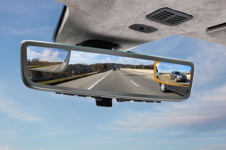Aston Martin diseñó un espejo retrovisor con tres pnatallas incorporadas