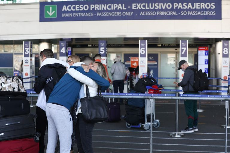 El Gobierno definió el cupo diario de vuelos para ingresar al país - LA  NACION