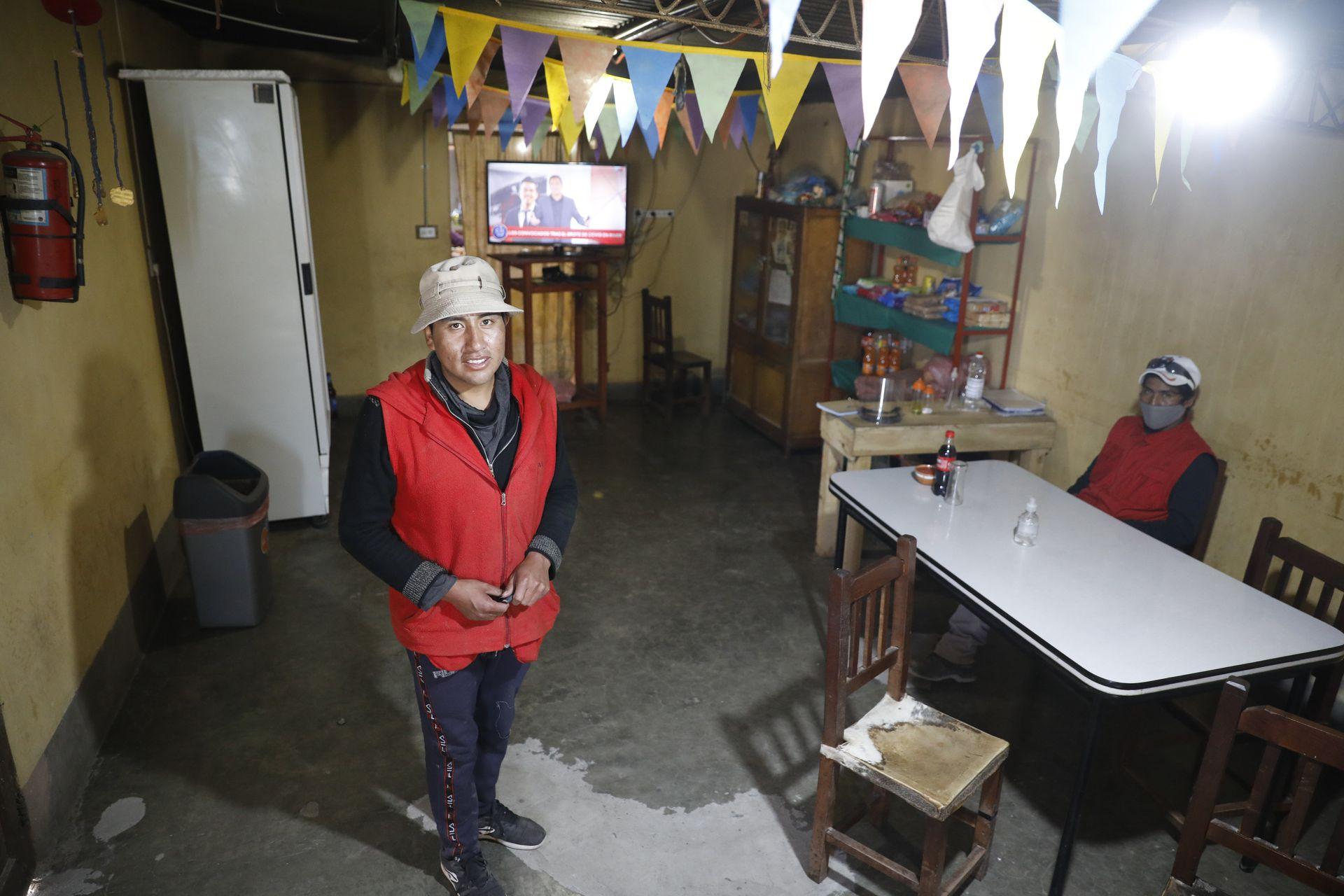 En el pueblo más alto de la Argentina, Brian Acoria atiende un hospedaje que incluye comedor