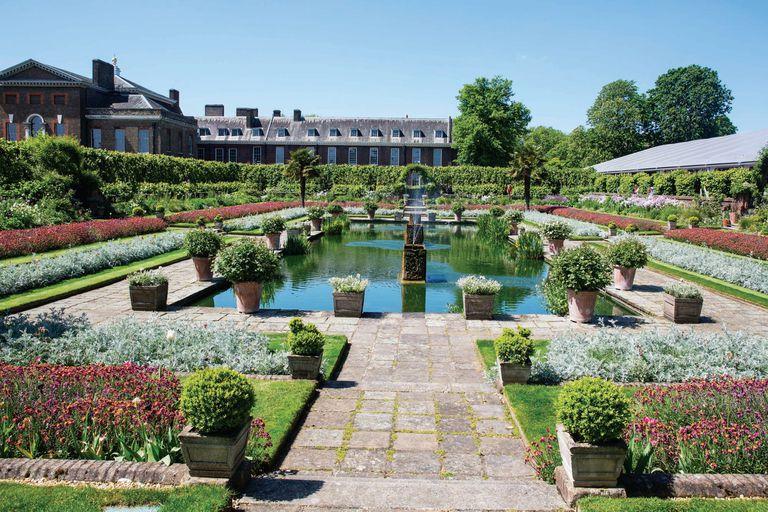 """El """"Jardín Hundido"""" era el spot preferido de Diana, quien tras su separación del príncipe Carlos siguió viviendo en Kensington. Hoy es uno de los lugares favoritos de Harry y Meghan, de hecho allí anunciaron su compromiso el año pasado."""