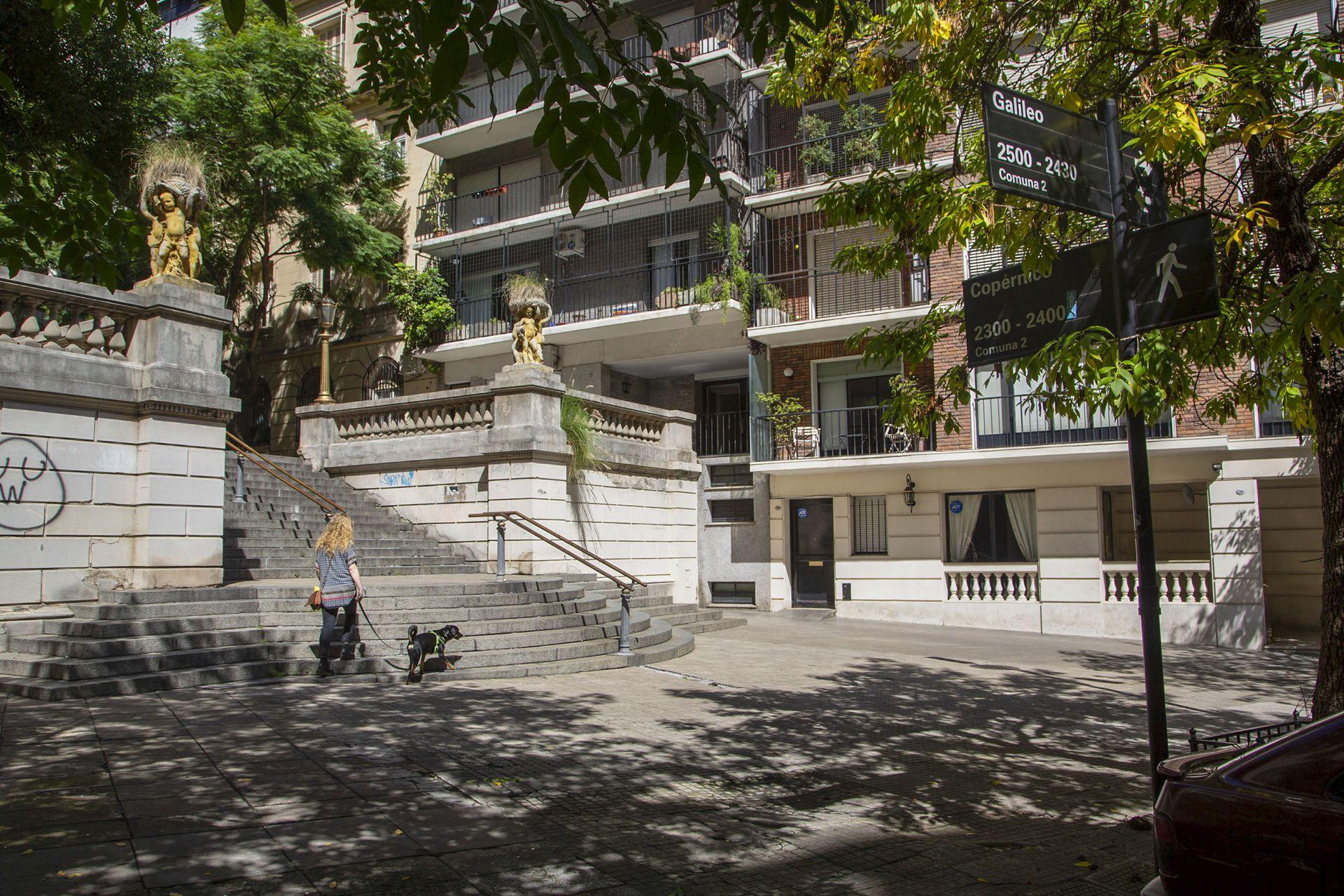 Otra escalera en el cruce de Copérnico y Galileo, dos calles que rinden homenaje a astrónomos, en La Isla