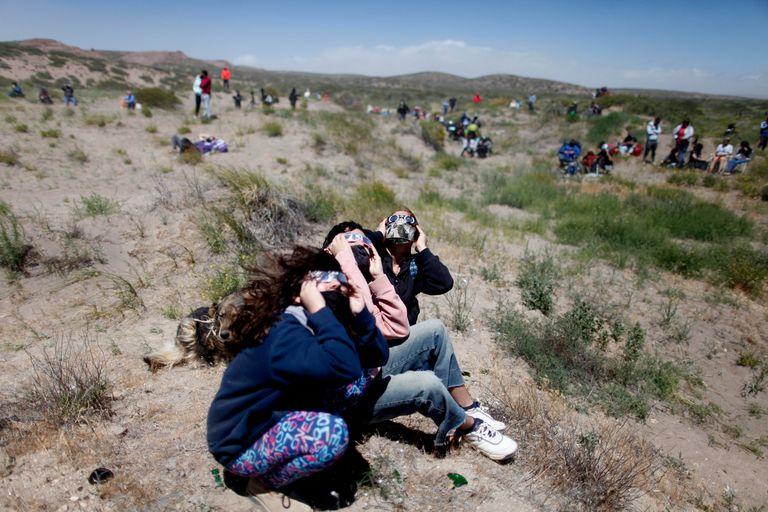 En Piedra del Águila, se tomaron los recaudos necesarios para observar el eclipse de forma segura
