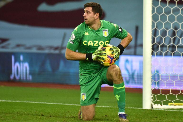 Emiliano Martínez con la pelota durante el partido que Aston Villa le ganó por 3-0 a Crystal Palace; el marplatense volvió a demostrar seguridad y sumó su octava valla invicta en 13 partidos.