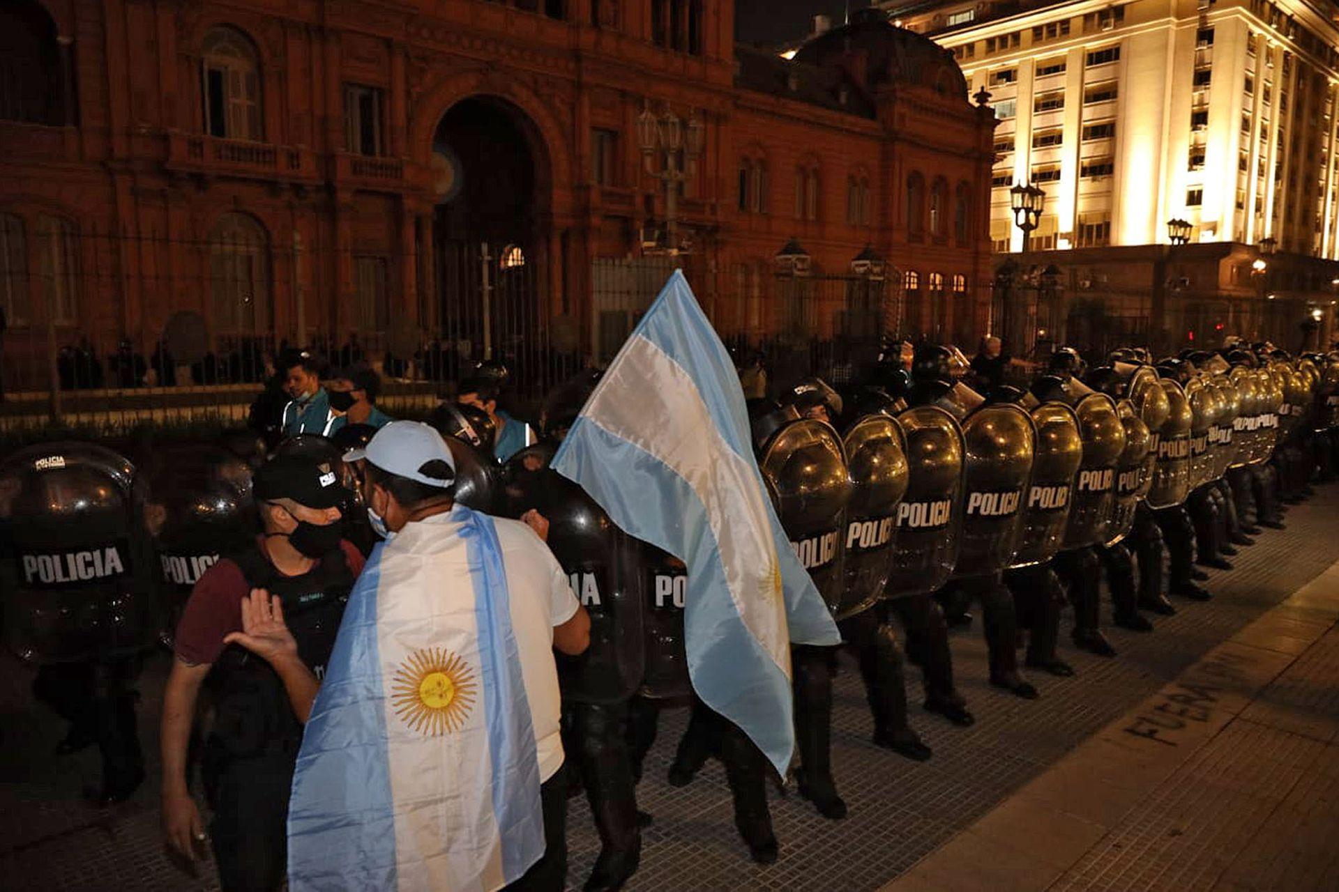 Un grupo de personas que niega las restricciones informadas por el Gobierno choca contra la policía frente a la Casa Rosada