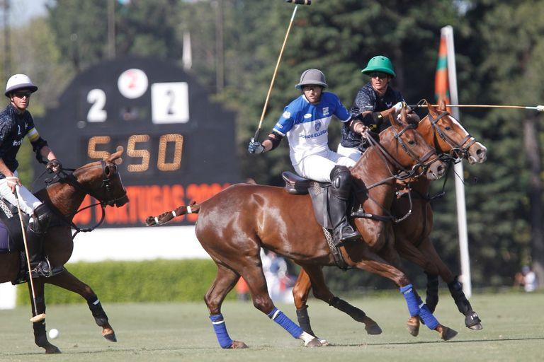 Haciendo lo que hace un número 2 de polo: enfrascarse en la marca con dinámica; Torres Zavaleta, entre Alfredo Bigatti y Juan Britos, de La Ensenada.