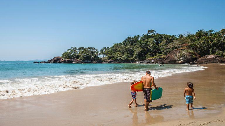 Padre e hijos en la orilla de Praia do Félix.