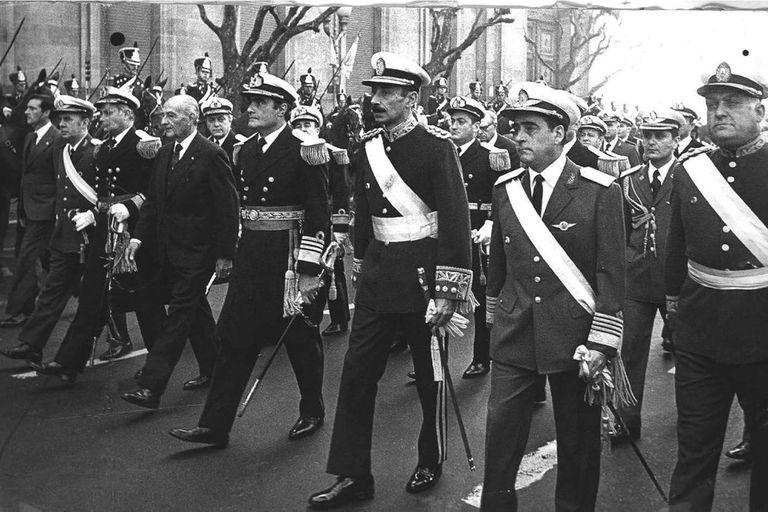 JORGE VIDELA JUNTO A EDUARDO MASSERA Y  ORLANDO AGOSTI ,  MIEMBROS DE LA JUNTA MILITAR QUE REALIZO EL GOLPE MILITAR DEL 24 DE MARZO DE 1976.