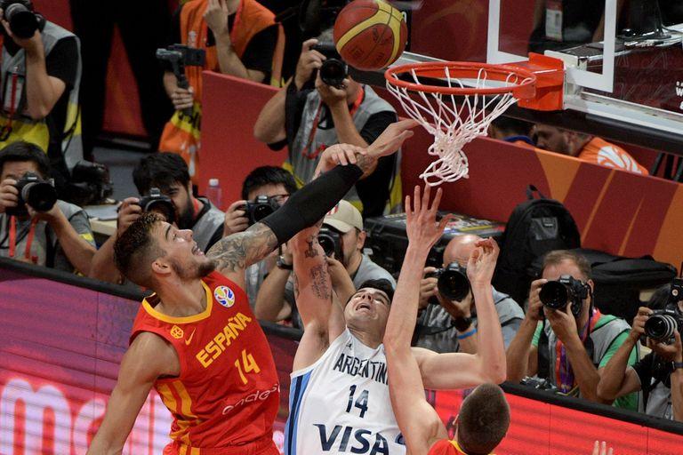 La Argentina volverá a enfrentarse con España en el Grupo C de los Juegos Olímpicos; en la imagen, Willy Hernangómez y Gabriel Deck