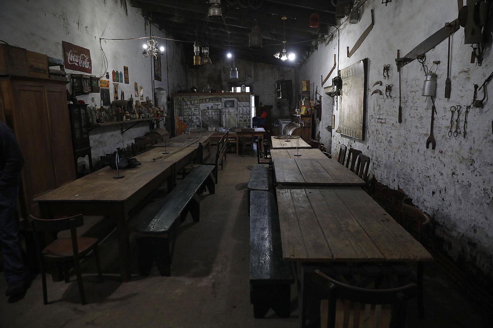 Las mesas dentro de la pulpería