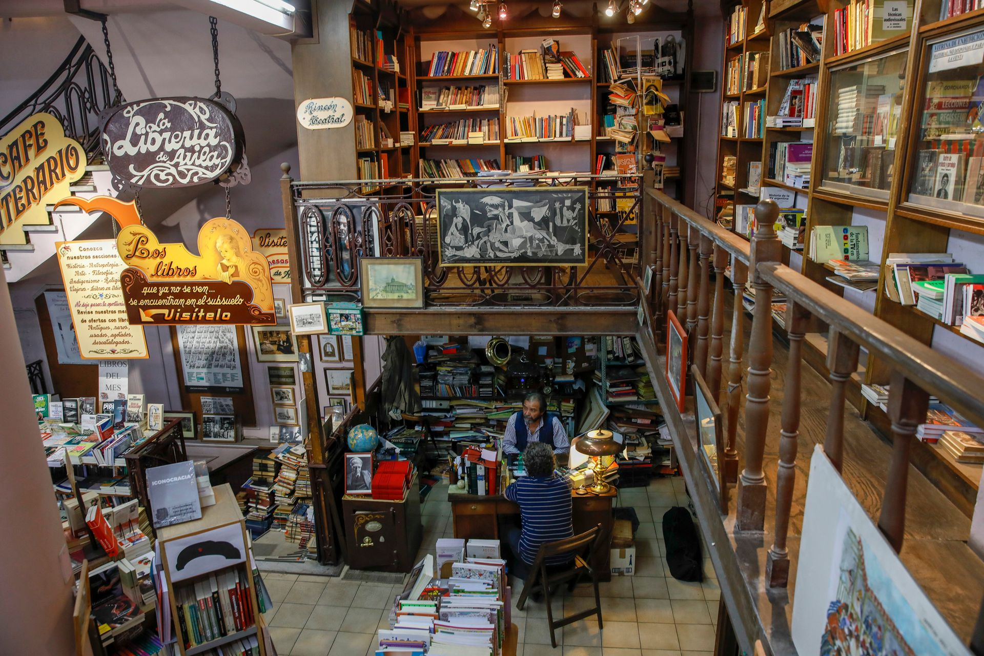 Miguel vive rodeado de libros y objetos antiguos