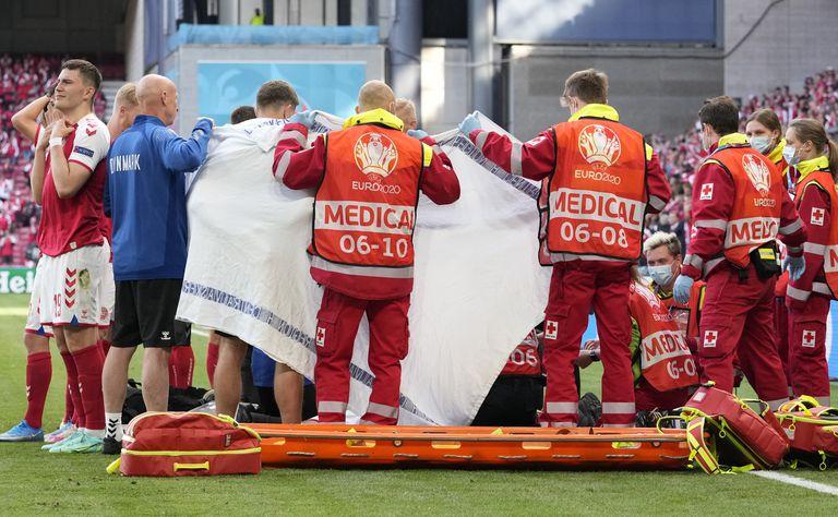 Los jugadores de Dinamarca reaccionan cuando su compañero de equipo Christian Eriksen yace en el suelo durante el partido del grupo B del campeonato de fútbol de la Eurocopa 2020 entre Dinamarca y Finlandia en el estadio Parken en Copenhague