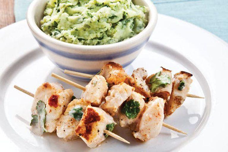 Brochettes de pescado con puré de espinacas