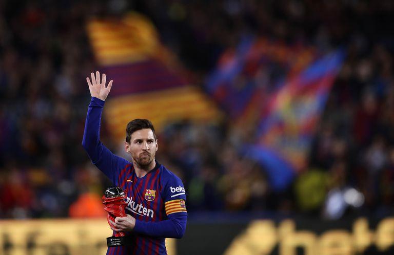 Messi agradece al público antes de un partido en el Camp Nou