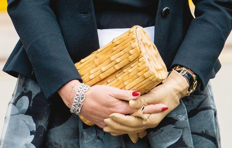 En su viaje a Alemania en mayo de 2019, Máxima fusionó en un mismo look líneas clásicas con un complemento de inspiración oriental: un clutch de bambú