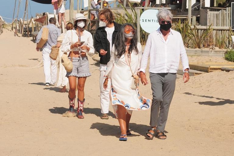 La feliz pareja junto a los padres de ella, Guillermo Rivero y Rita del Valle, con quienes comparten sus días en Uruguay.