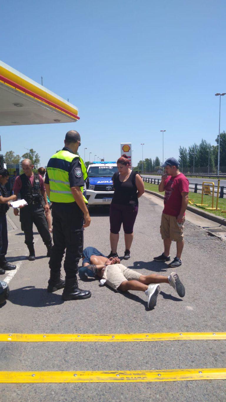 Uno de los miembros de la banda fue capturado en la autopista el miércoles pasado; usaba la misma moto que en el video y tenía un revólver con seis municiones