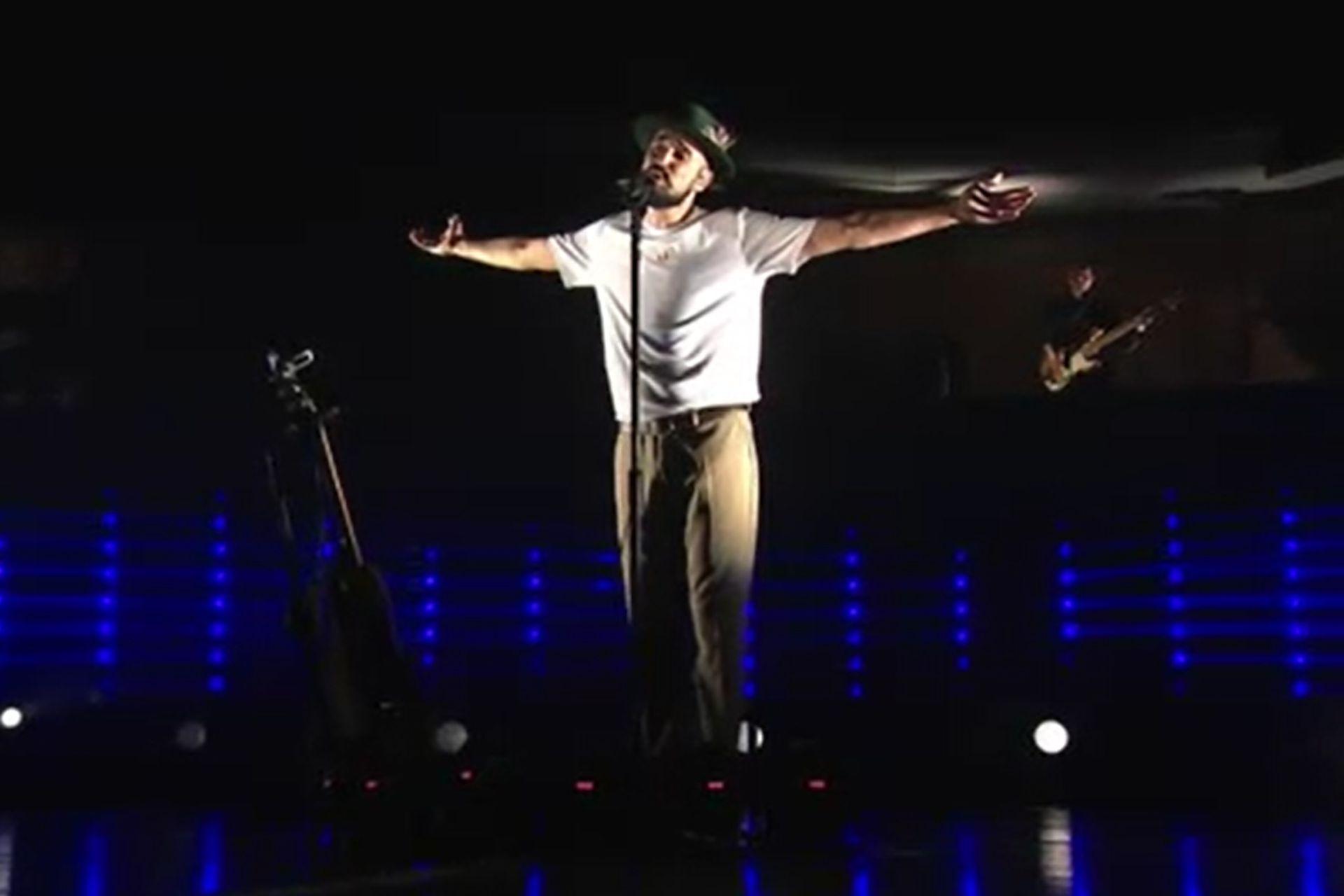 En sus conciertos, Abel Pintos despliega la actitud de una estrella en el marco de una puesta en escena muy cuidada y de alto impacto