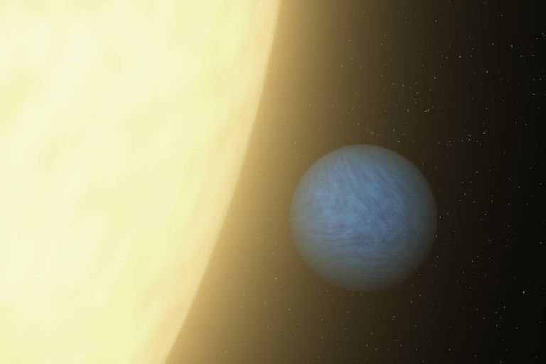 55 Cancri e, es un exoplaneta que gira alrededor de su estrella cada 18 horas. Orbita tan cerca, unas 25 veces más cerca que Mercurio del Sol, que tiene un acoplamiento de marea, una cara fijada sobre el astro