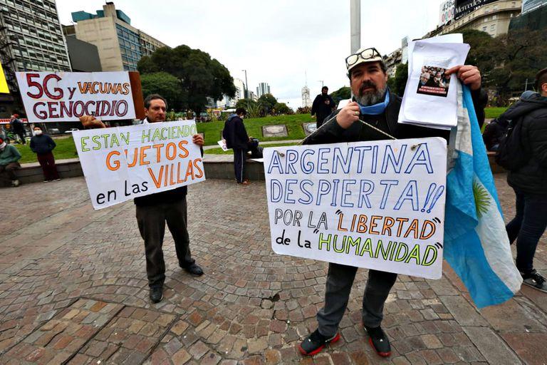 Los carteles en la marcha en el Obelisco el 30 de mayo último