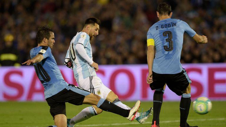 Lionel Messi, capitán argentino, encara a los marcadores uruguayos durante el último duelo entre ambas selecciones; el clásico del Río de La Plata está pautado para el próximo 26 de marzo en Santiago del Estero.