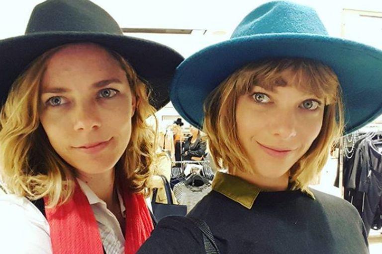La joven junto a su hermana, la actriz Laura Laprida