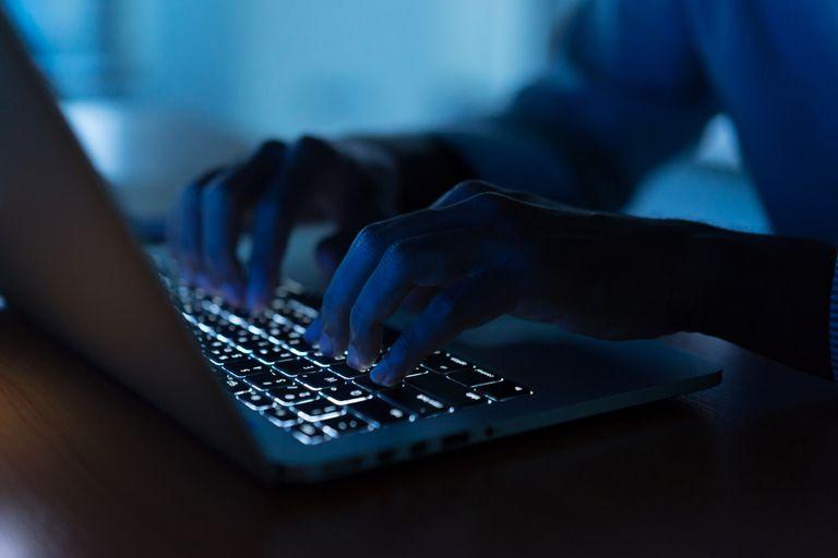 Cuando recibas un correo electrónico de alguien pidiéndote tu información personal, no hagas clic en ningún enlace y comunícate con el remitente para preguntarle si el mensaje es auténtico