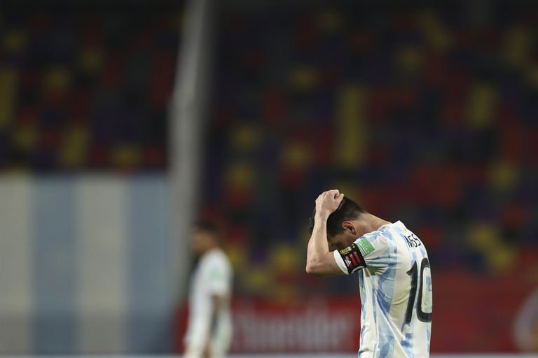 Messi se lamenta: la selección creció en el segundo tiempo, en un partido que no pudo ganarle a Chile.