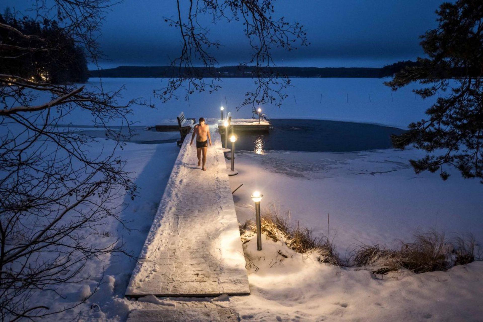 En Finlandia es usual nadar en lagos congelados luego del sauna.