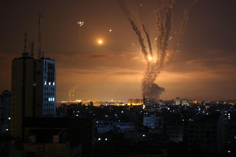 Israel atacó una base militar de Hamas como respuesta a globos incendiarios