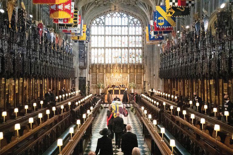 """El arzobispo de Canterbury y el decano de Windsor se paran en el altar. Siguiendo los deseos del duque de Edimburgo, no hay elogios, lecturas, ni sermones durante la ceremonia, pero el decano de Windsor y el arzobispo de Canterbury recuerdan su vida y """"su servicio, su coraje, y fuerza de alma""""."""