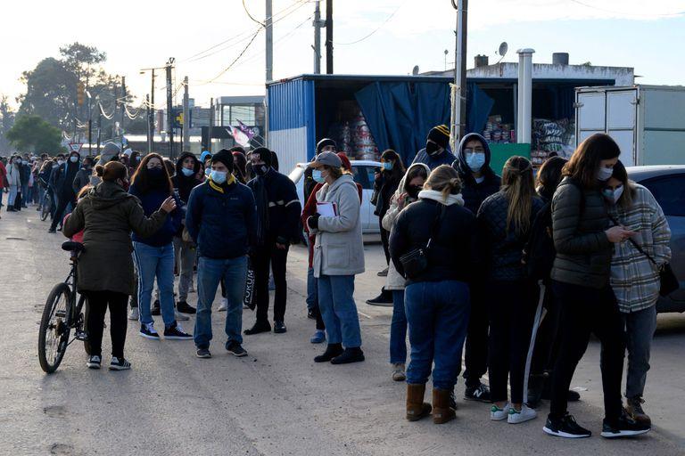 Gente hace fila para vacunarse en Paso de Carrasco, Canelones