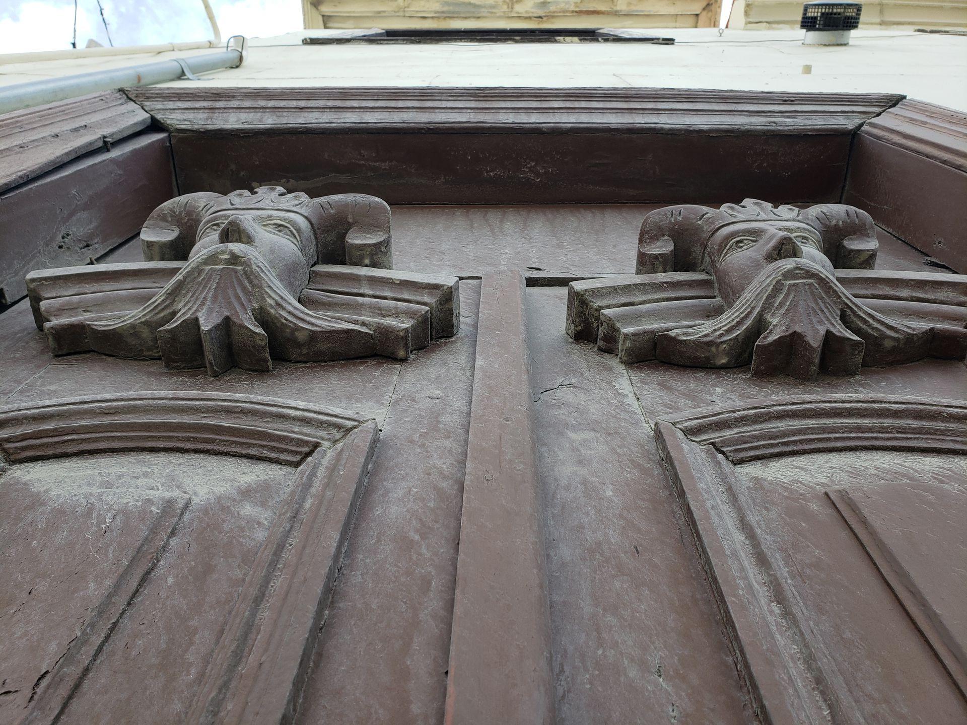 Antigua Casa Ramos. Los mascarones de madera fueron tallados por los presos.