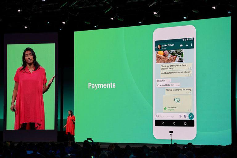 Ami Vora, vicepresidente de Producto de WhatsApp, muestra la modalidad de pago móvil disponible en India. La compañía busca potenciar el chat con la función de catálogo de productos para WhatsApp Business