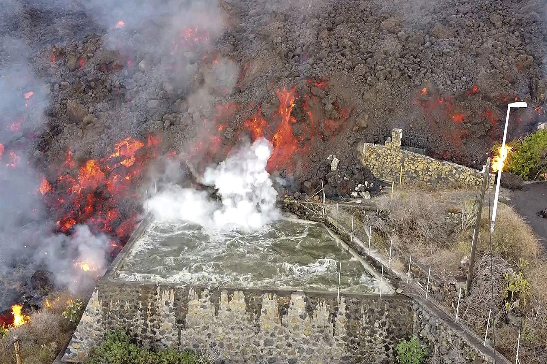 La lava caliente llega a una balsa que normalmente se utiliza para el riego de los campos