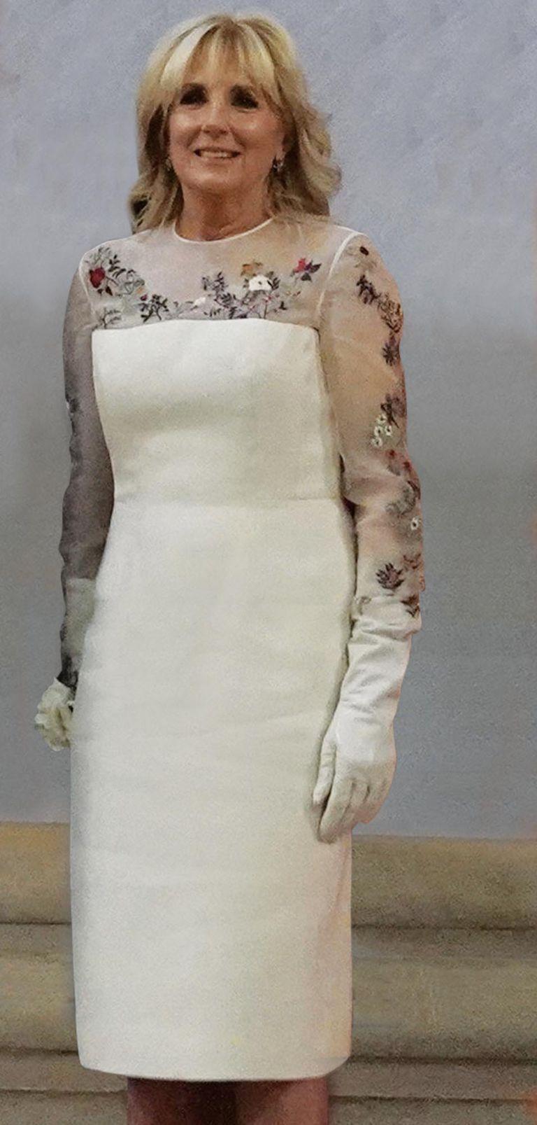 La diseñadora uruguaya Gabriela Hearst le confeccionó ambos vestidos, que Jill usó con 100 días de distancia.  La firma LW Pearl se encargó de bordar en el escote (está confeccionado en organza de seda) flores que representan todos los estados del país