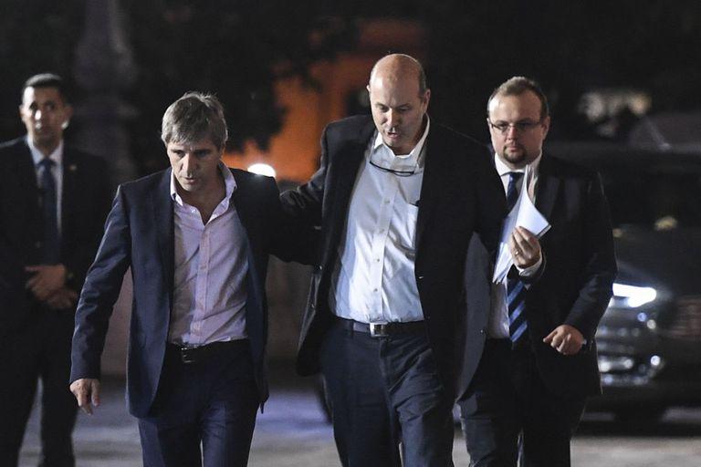 El ministro de Finanzas, Luis Caputo, y el titular del Banco Central, Federico Sturzenegger, al salir de la Casa Rosada
