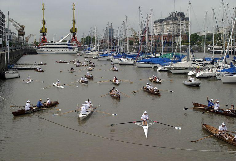 Regata en uno de los diques de Puerto Madero, Buenos Aires.-