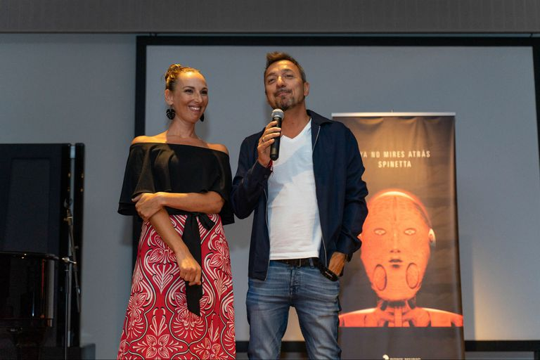 Catarina y Damián Amato, director de Sony, en la presentación de No mires atrás, el nuevo álbum póstumo de Luis Alberto Spinetta