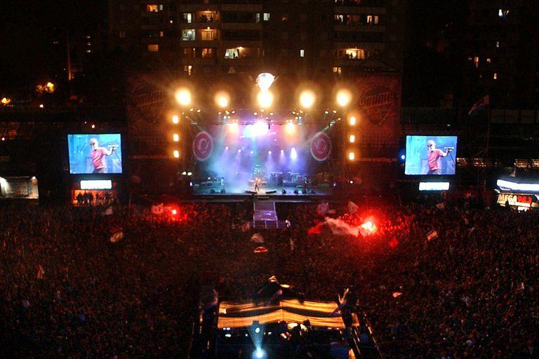El festival Quilmes Rock regresa en streaming y con fines solidarios; aquí una de sus noches históricas, con Los Piojos en el estadio de Ferro, en 2004