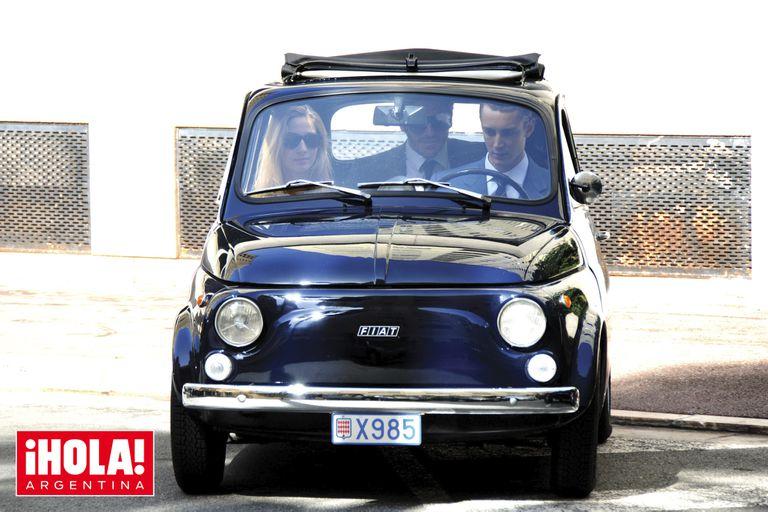 Pierre Casiraghi y Beatrice Borromeo pasean por Mónaco con sus vistosos autos clásicos