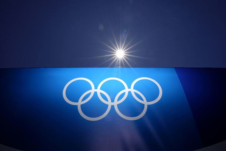 Anillos olímpicos en el estadio de béisbol de Yokohama, en foto del 22 de julio del 2021. La reducción de los controles antidopaje por el coronavirus hace que algunos sospechen que ciertos deportistas aprovecharon la circunstancia para doparse con miras a los Juegos Olímpicos de Tokio. (AP Photo/Matt Slocum)