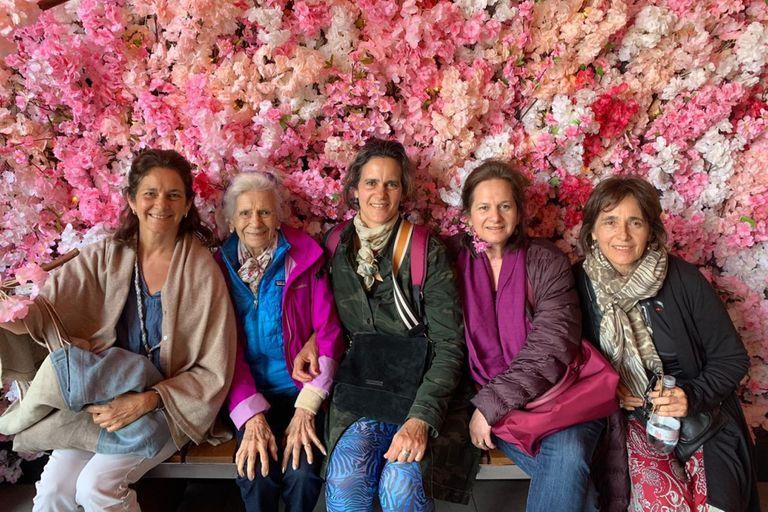 Juana Pereda junto a sus hijas María, Lucía, Clara y Juana Ocampo
