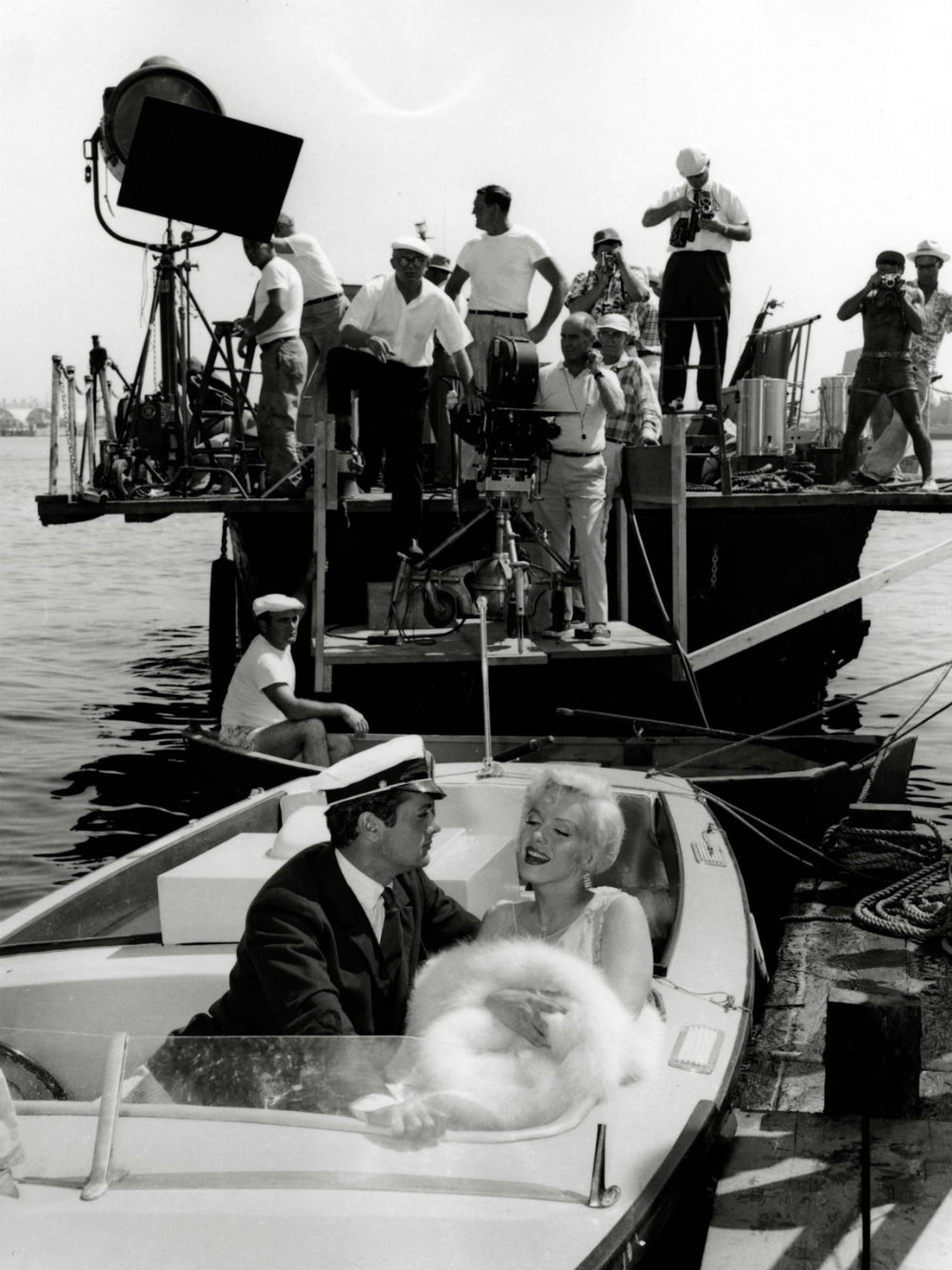 Billy Wilder dirige la escena romántica de Tony Curtis y Marilyn Monroe en Una Eva y dos Adanes
