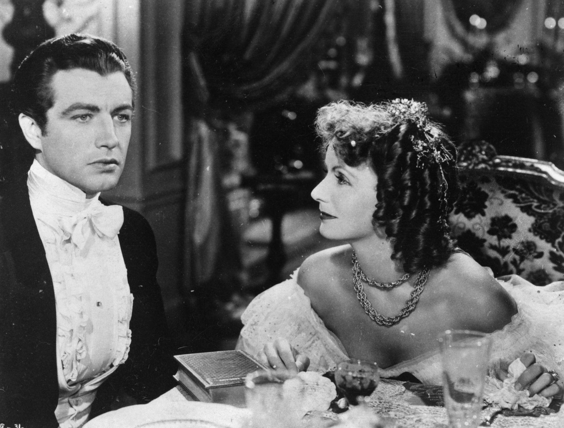 Robert Taylor y Greta Garbo en La dama de las camelias, una producción de MGM dirigida por George Cukor. (Foto de Hulton Archive / Getty Images)