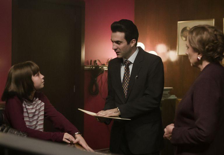 La escena en que Patricio Robles (Juan Pablo Cruz Guerrero) busca hacerle firmar a Matilde (Lola Casamayor) un contrato para Sergio (Axel Llunas) en Luis Miguel, la serie