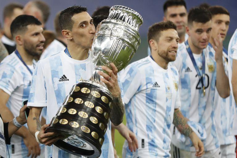 Ángel Di María, de la selección Argentina, besa el trofeo tras la final de la Copa América ganada a Brasil en el Maracaná