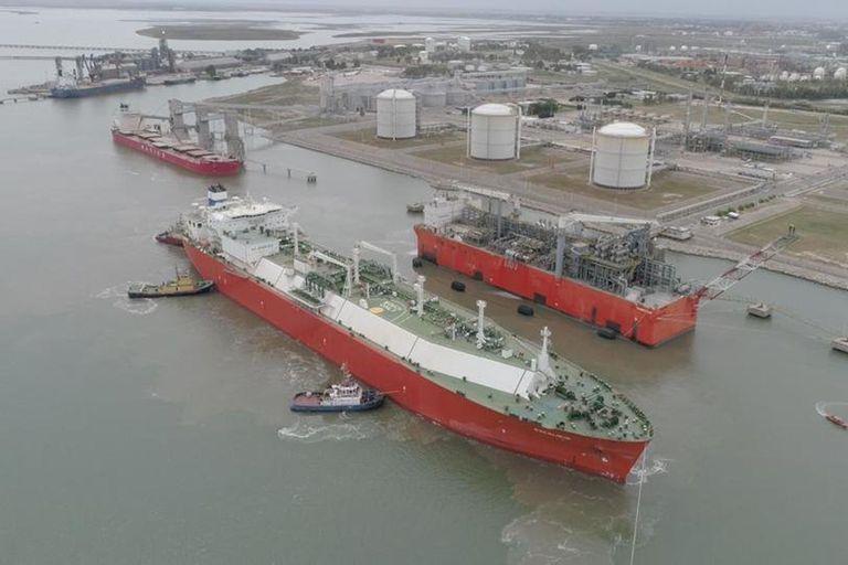 La semana pasada zarpó la primera venta de gas licuado hecha por YPF, con rumbo a Salvador de Bahía