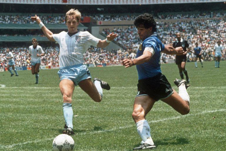 Los músculos marcados en la pierna derecha de Maradona, a punto de lanzar un centro en el partido inmortal