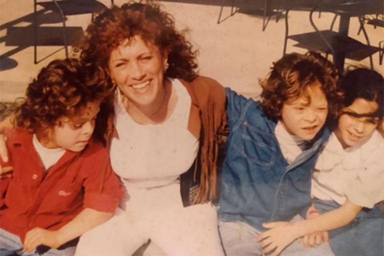 Alicia Zanca con sus tres hijos: los mellizos Juan y Mariano, y Tamara