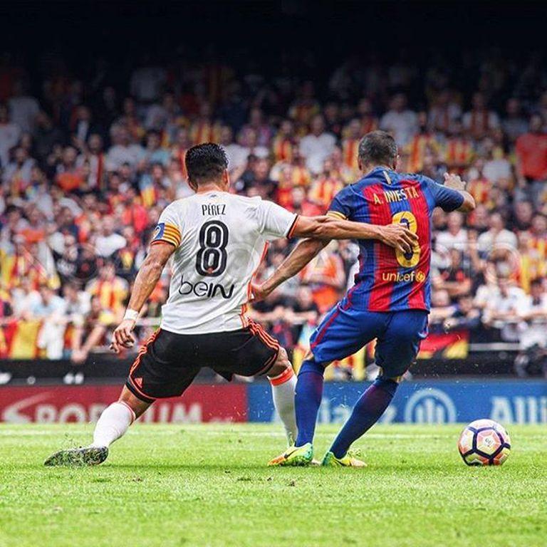 Jugando en Valencia, en un partido frente a Iniesta y al Barcelona
